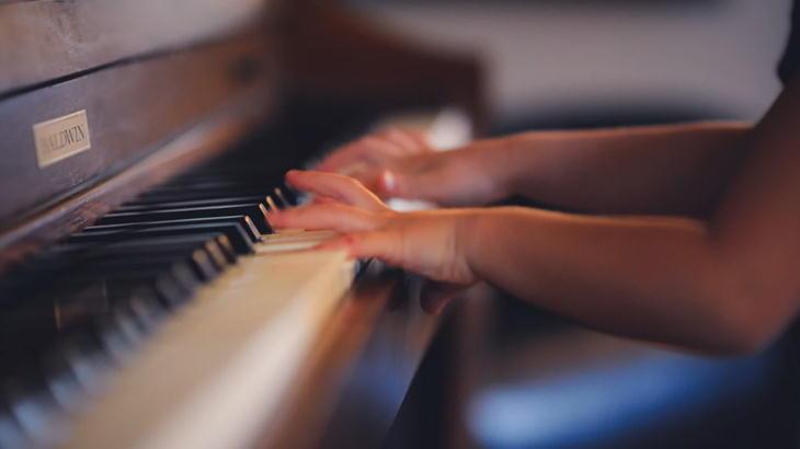 ピアノ発表会で女の子の演奏者に渡すお花ギフト